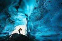 Dechberoucí záběry islandské ledové jeskyně